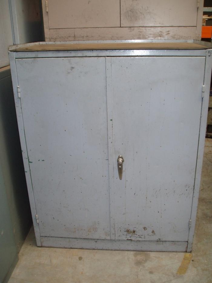 Metalen tweedeurs kasten met legborden   Ijzeren bureau materiaal   Tweedehands materiaal   Oude